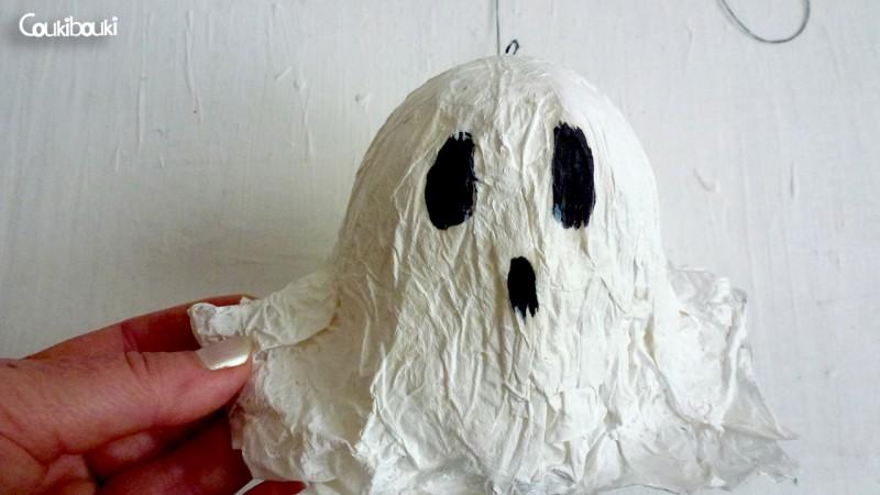 Petit Fantôme en papier mâché pour Halloween petit fantome papier mache dans la main