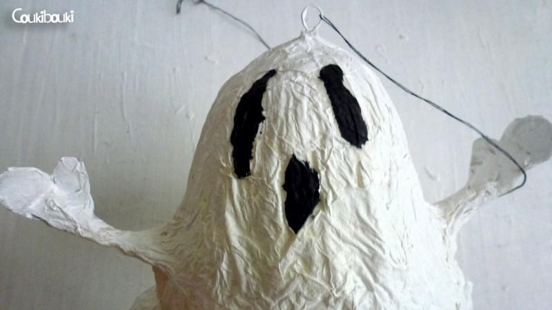 Petit Fantôme en papier mâché pour Halloween petit fantome papier mache gros plan