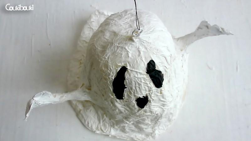 Petit Fantôme en papier mâché pour Halloween petit fantome papier mache vu du haut