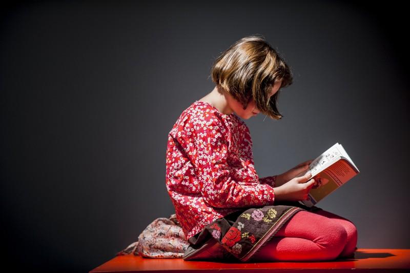 Salon du livre pour enfants 2014 à Montreuil, une lectrice © eric garault 03