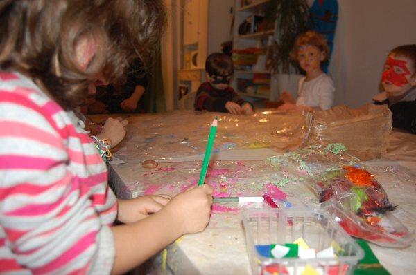 En avant les gommettes à l'atelier des enfants