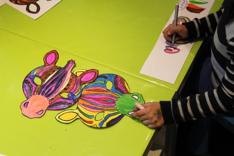 Fabrication d'un masque zebre à l'atelier des enfants