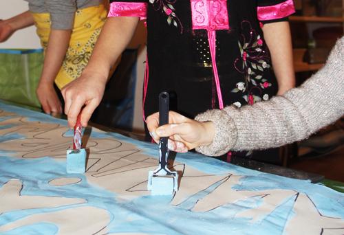 Une grande fresque collective à l'atelier des enfants