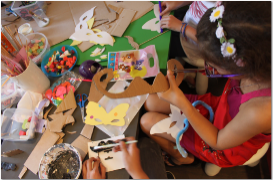 Les vacances de Pâques à l'atelier des enfants, découpages et collages.
