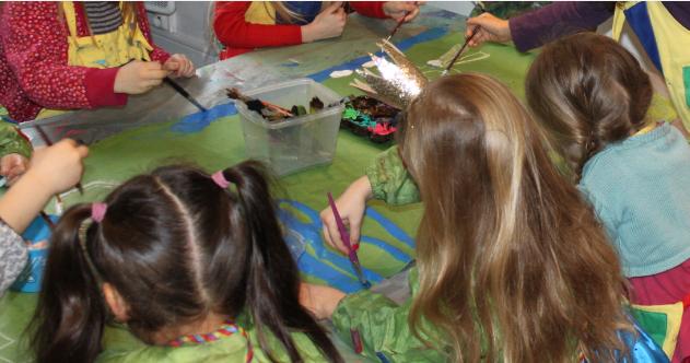 les pinceaux de l'atelier des enfants