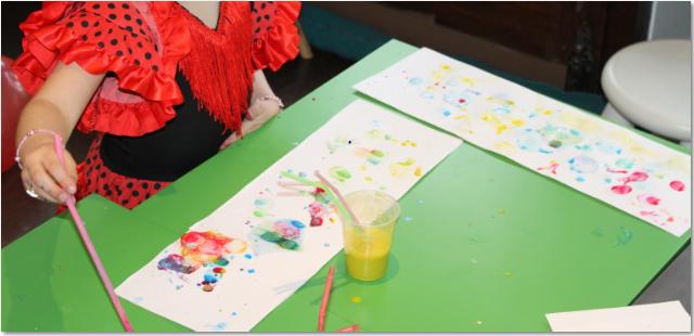 Peindre avec une paille à l'atelier des enfants
