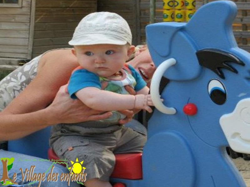 Le parc d'animation le village des enfants, monte sur l'âne, réservé à la petite enfance.
