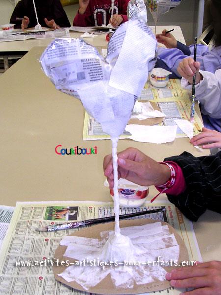 Cadeau Fête des Mères - le CŒUR en papier mâché commence à tenir debout.