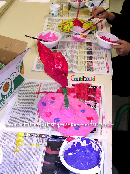 Cadeau Fête des Mères - Un coeur en papier mâché peint en rose.