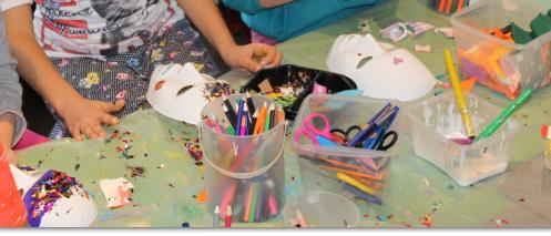 L'ateliers des enfants durant les vacances d'été,  masques et paillettes