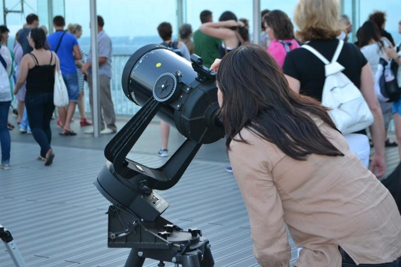 Sortie enfant à Paris, La Nuit des Etoiles à la Tour Montparnasse, regard dans un téléscope.