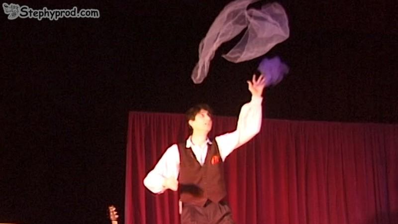 Stéphy jongle avec des foulards. Programmez un spectacle pour enfants.