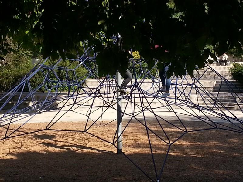 Sortie gratuite à Paris avec les enfants, la coulée verte l'araignee pour ceux qui aiment grimper.