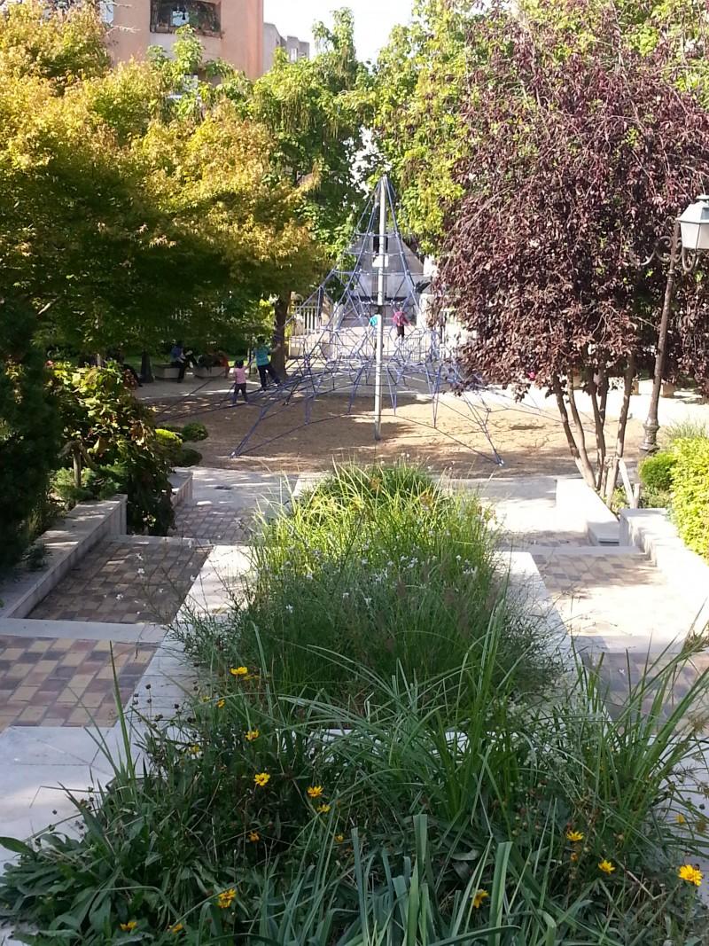 Sortie gratuite à Paris avec les enfants, la coulée verte, le  square charles peguy, suberbe vue plongeante sur l'araignée.