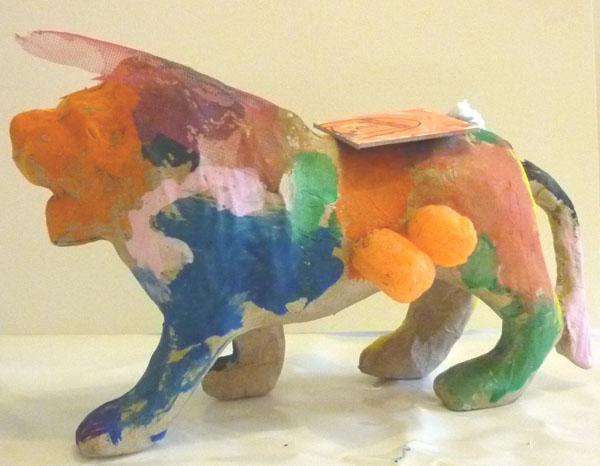 Ateliers d'arts plastiques à domicile, lion en papier mâché et divers matériaux