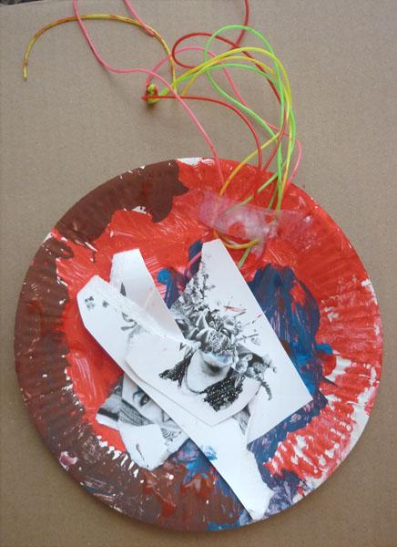 Ateliers d'arts plastiques à domicile, découpe de cartes postales et assemblage sur assiette de récupération