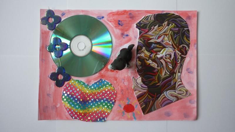 Ateliers d'arts plastiques à domicile, découpe de cartes postales et assemblage de matériaux de récupération