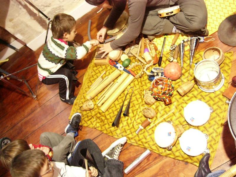 Anniversaire à Paris, voyage au pays des sons, spectacle et animation de percussion avec les enfants.