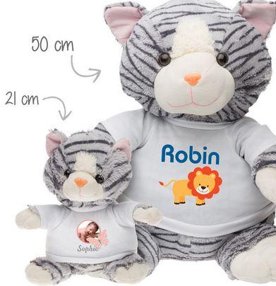 Cadeau de Noel, une peluche Personnalisée, Félix le Chat Géant, le doudou de Robin qui est déjà fort comme un lion et son fils Félix le Chat en Peluche.