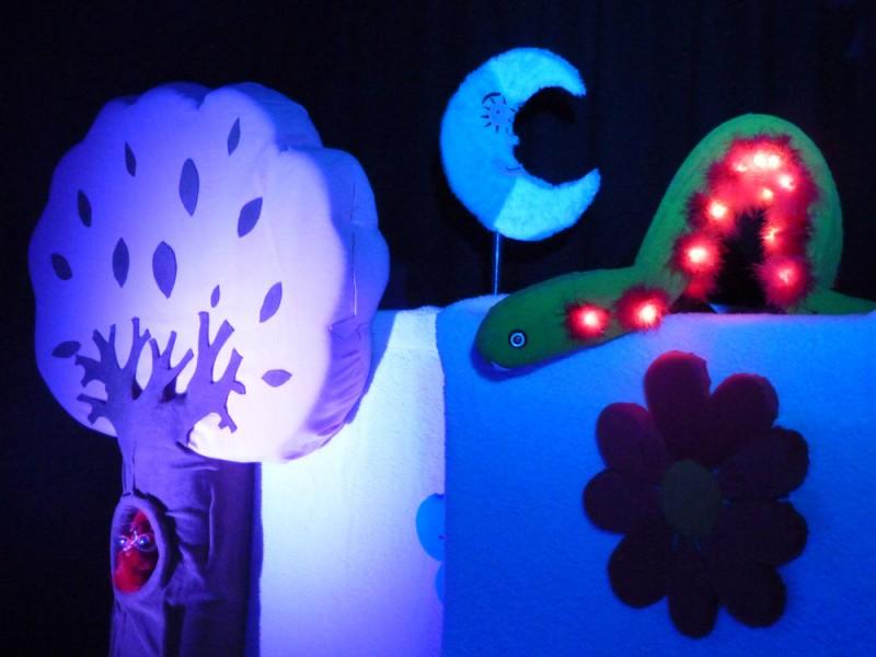 Spectacle de marionnette à Toulouse, Hugette la chouette et la chenille Clochette sous la lune.