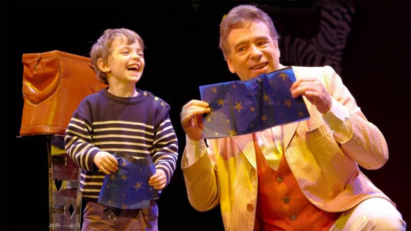 Anniversaire enfant à domicile. Organiser un anniversaire Magique ! Peter Din le magicien voyageur.