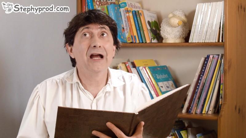 Un conteur pour enfants raconte Boucle d'or aux enfants en lisant l'histoire dans son grand livre.