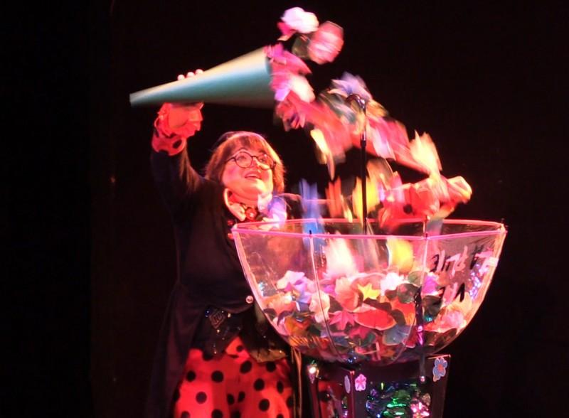 Apparition de milliers de fleurs, spectacle jeune public La Fée Liloo et la Coccinelle.