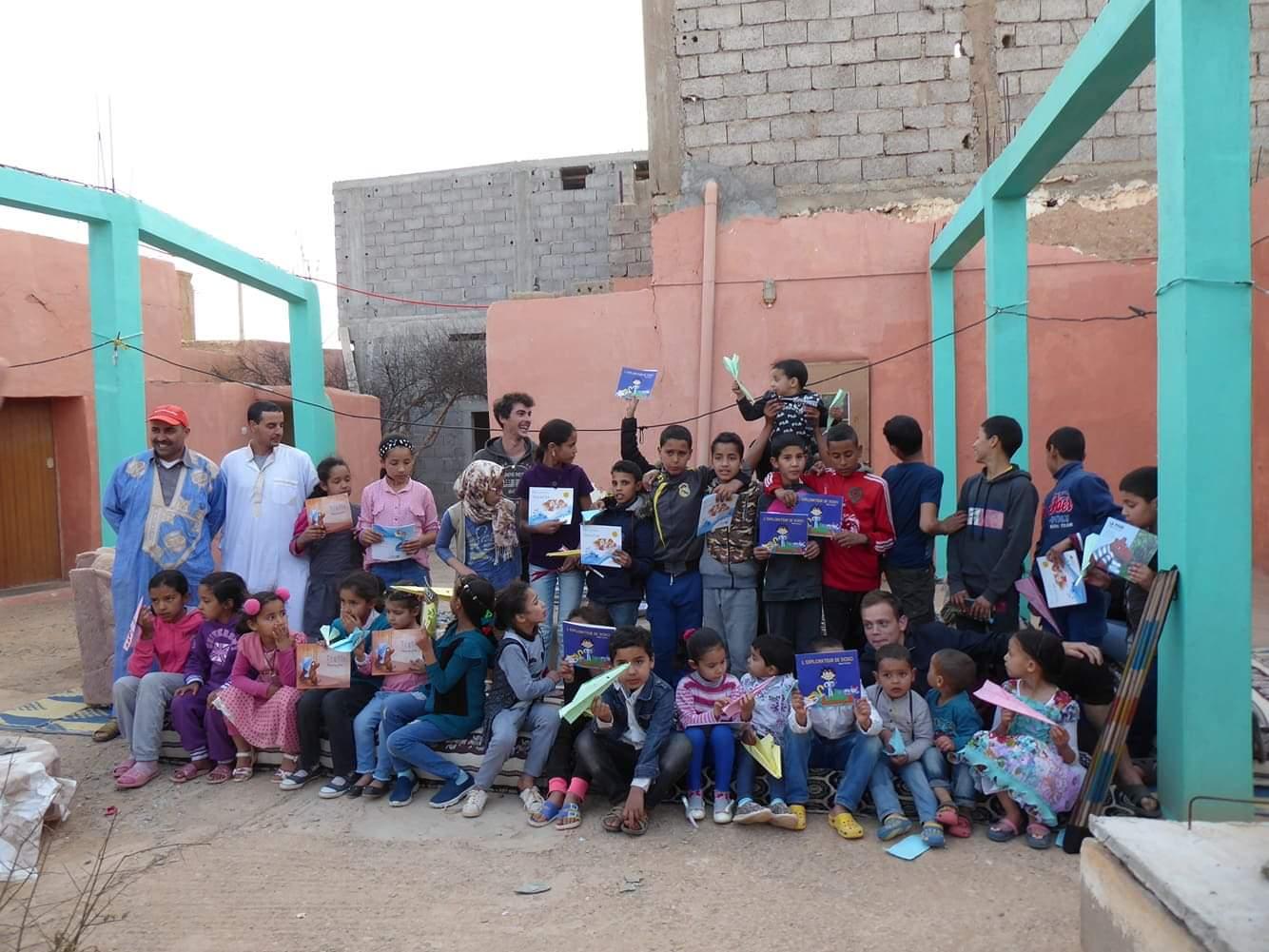Les livres de L'avion de papier éditions dans une école au Maroc.