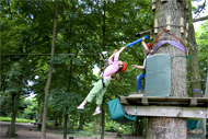 Reportage photos Une promenade dans la forêt, en s'approchant de la cime des arbres, l'accrobranches ou l'art de bien s'accrocher aux branches près de Paris à Lésigny en Seine et Marne. Une Sortie pour vos enfants.