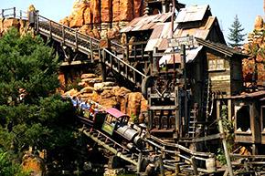 Disneyland, Frontiereland une photo de Big Thunder Mountain. Des décors plus vrais que les naturels.