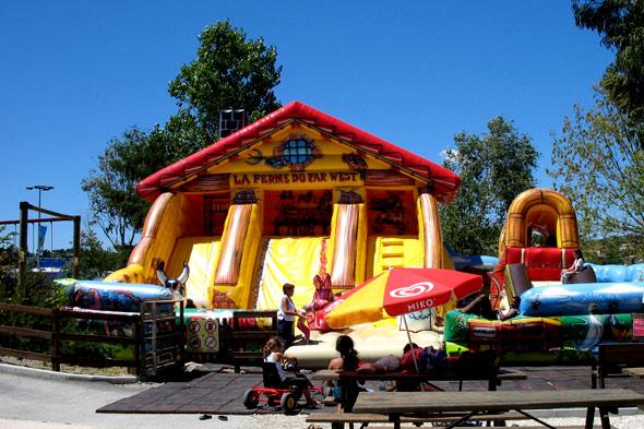 Une structure gonflable dans le parc réservé aux enfants La ferme du Far West. Photos parc de loisirs aquatique Marineland.