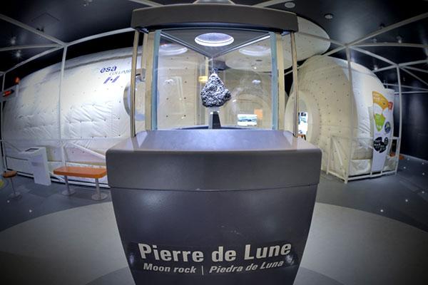 La pierre de lune à La Cité de l'Espace à Toulouse.