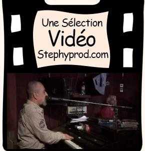 Vidéo Le piano et la voix du blues, interview du chanteur pour les enfants et les bébés.